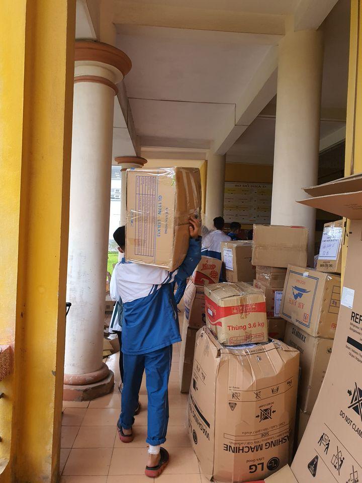 Trường THPT Chuyên Nguyễn Trãi chung tay ủng hộ đồng bào miền Trung.