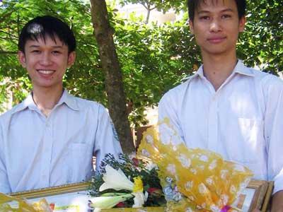 Trao thưởng hai thí sinh lỡ thi vì cứu người