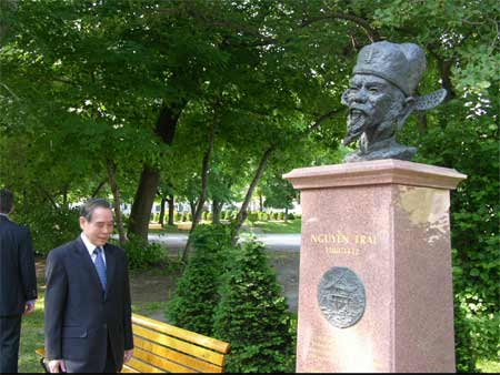 Thủ tướng Phan Văn Khải thăm Tượng Nguyễn Trãi ở Que'bec-Canada
